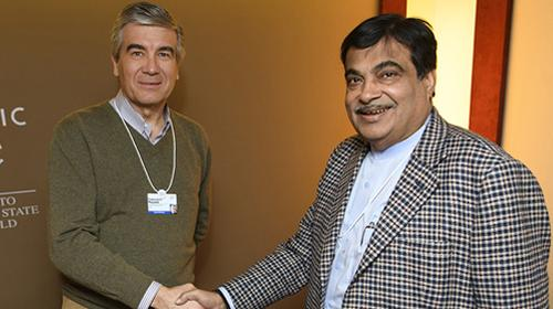 The Chief Executive Officer of Abertis, Francisco Reynés, met with the Indian Transport Minister in Davos