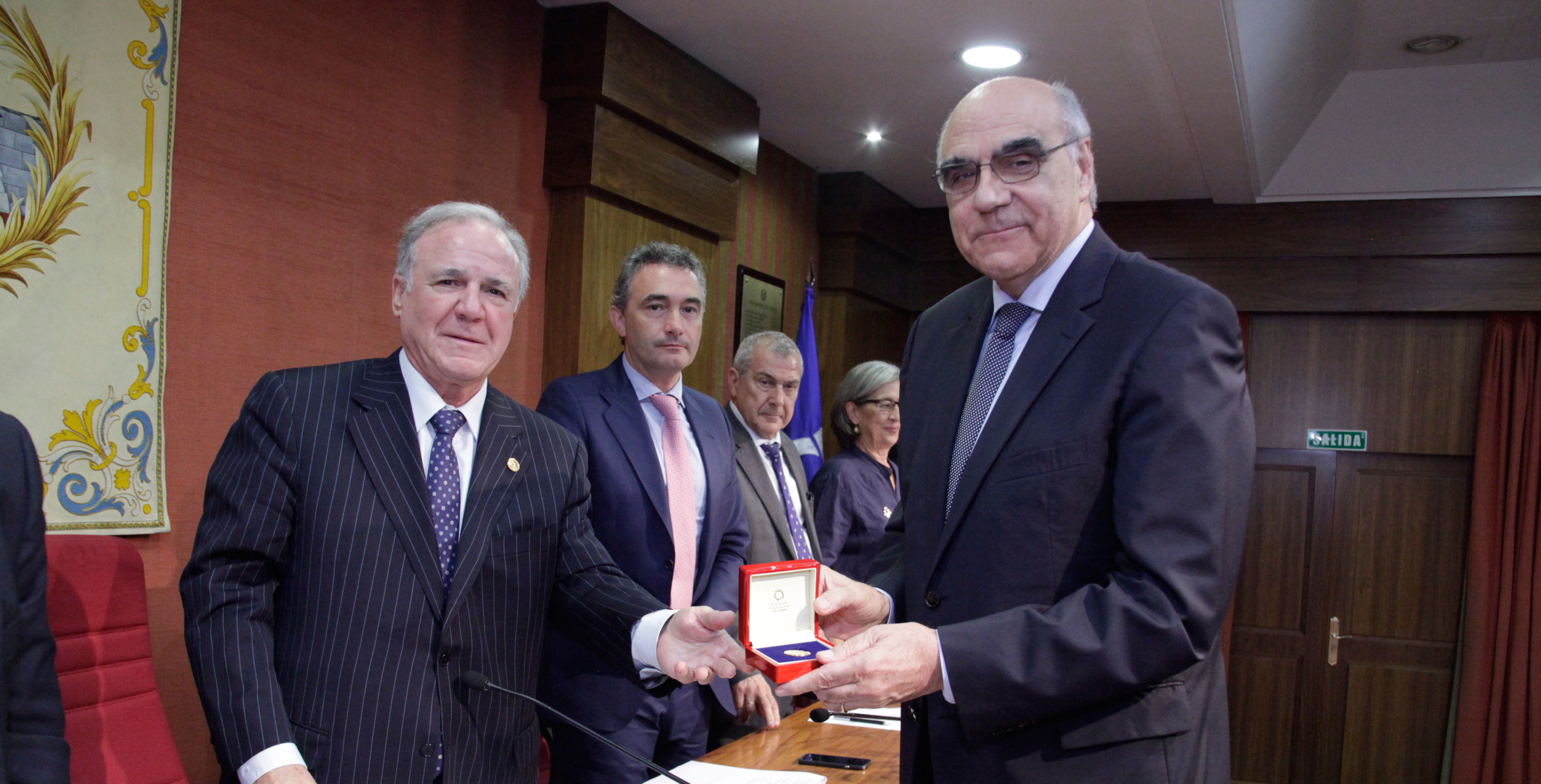 The Spanish Road Association awards Salvador Alemany with its Golden Medal 'Medalla de Oro de la Carretera'